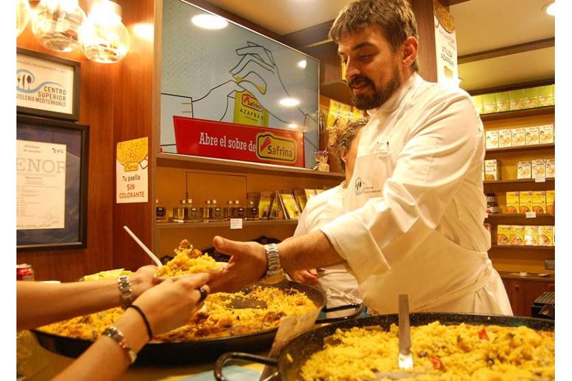 """Éxito de la """"nit del mercat"""". Degustación de paellas con azafrán."""
